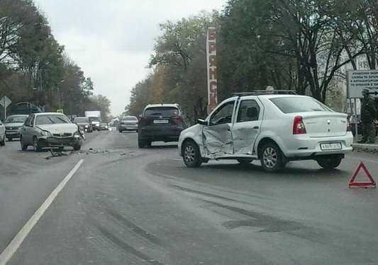 На въезде в Брянск в железной схватке сошлись «Рено» «Шевроле»