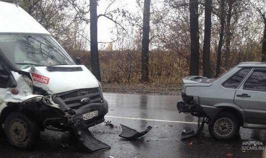 В Брянске около «Аэропарка» маршрутка протаранила легковушку