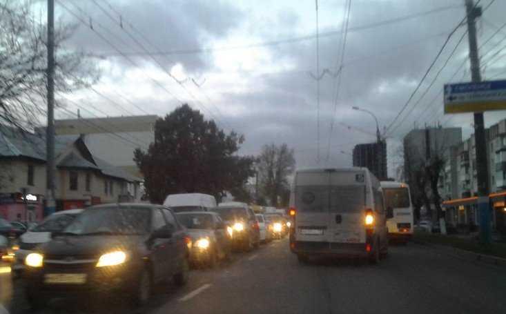 Главные улицы Брянска сковал гигантский затор