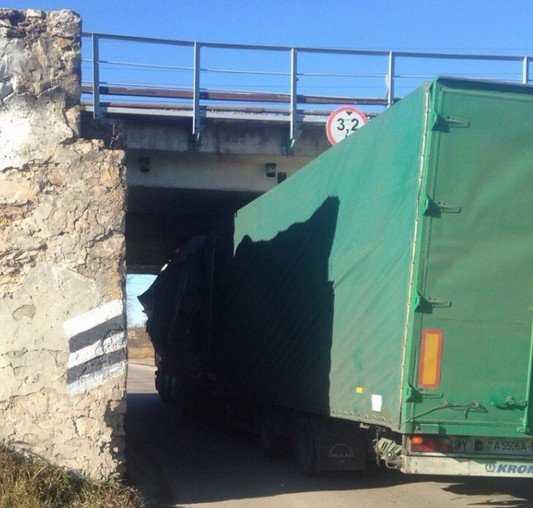 В брянском райцентре фура протаранила мост