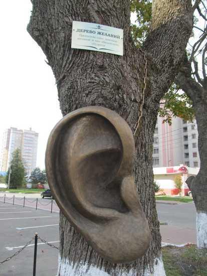 Брянское дерево превратили в рекламу с помощью уха