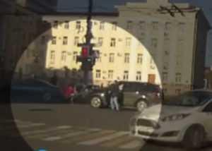 В Брянске на перекрестке у драмтеатра подрались водители (видео)