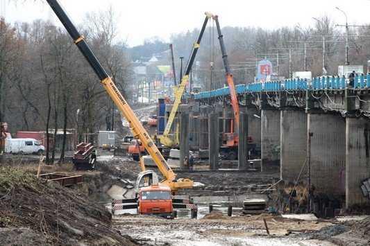 В Брянске на Первомайский мост завезут 22-метровые балки