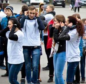 Брянские студенты у ДК БМЗ преподнесли урок единения
