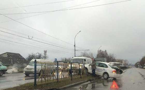 В Брянске учебный автомобиль снес ограждение