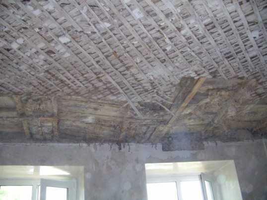 Брянцы из «дома Машкова» опасаются обрушения потолка