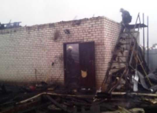 В Брянске сгорел гараж – балка упала на пожарного