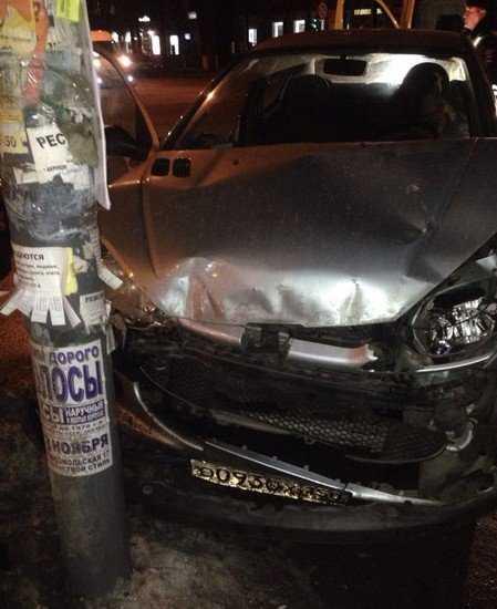 В Брянске около почты автомобиль врезался в светофор