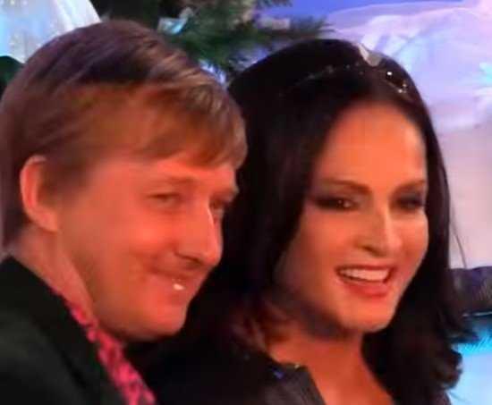 София Ротару рухнула под новогоднюю елочку (видео)