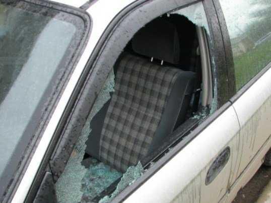На брянской трассе «летающий» предмет ранил водителя легковушки