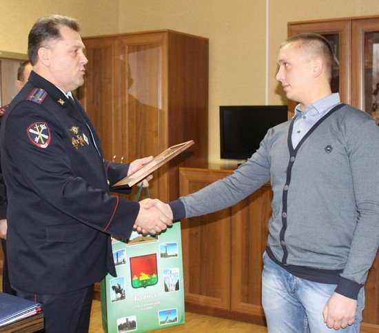 Брянца, поймавшего грабителя, наградила полиция
