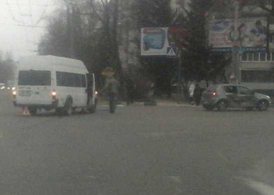 В Брянске около Бежицкого универмага маршрутка попала в ДТП