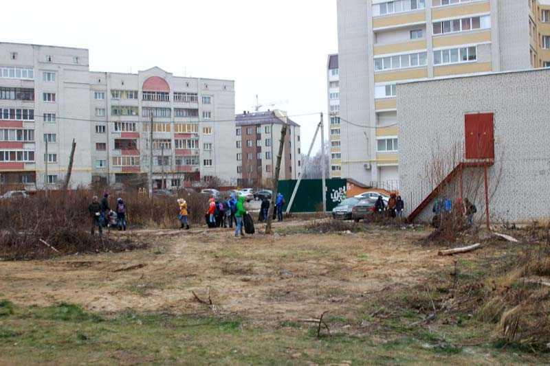 Брянские студенты на субботнике очистили пустырь