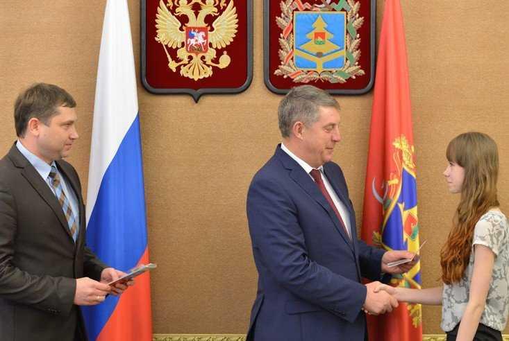 Юные граждане России получили паспорта из рук брянского губернатора