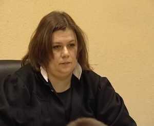 Брянскую судью, ведущую дела Роман и Суворовой, понизили в должности