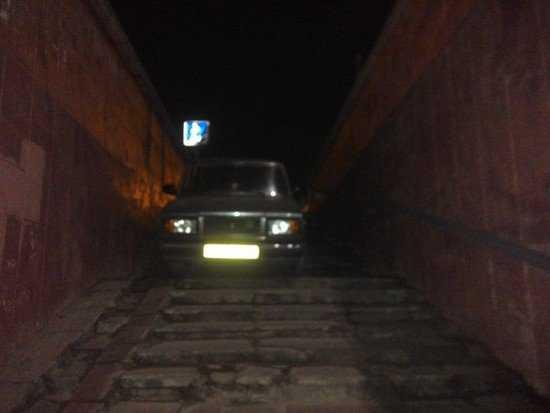 В Брянске отчаянный калужский водитель заехал в подземный переход