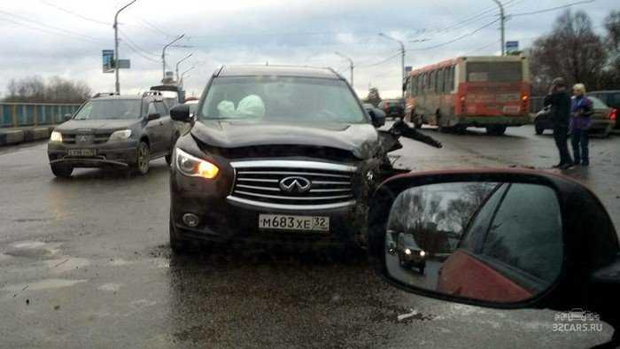 На брянском мосту  «Инфинити» протаранил автобус