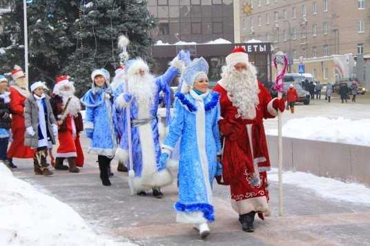 Ёлки Брянска завтра зажгут 50 Дедов Морозов и Снегурочек