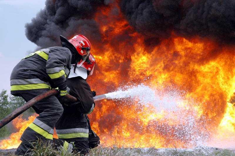 Брянские пожарные спасли двух человек