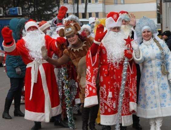 Шесть десятков Дедов Морозов и Снегурочек прошли парадом по Брянску