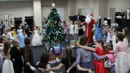 Брянские дети подрались у ёлки за подарки Деда Мороза
