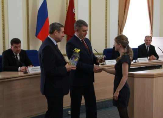 Брянский губернатор вручил ключи от квартир 16 сиротам