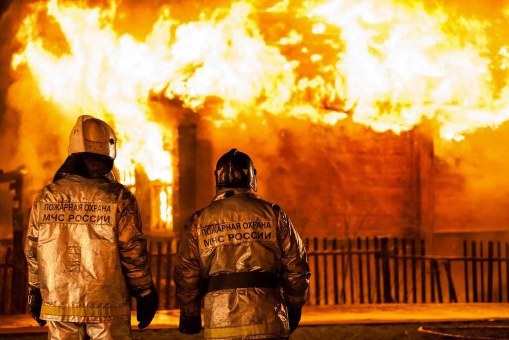 Напротив брянской типографии спалили дом