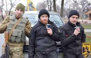 Бандеровцы начали прикладами выбивать из Геническа сепаратизм на газу