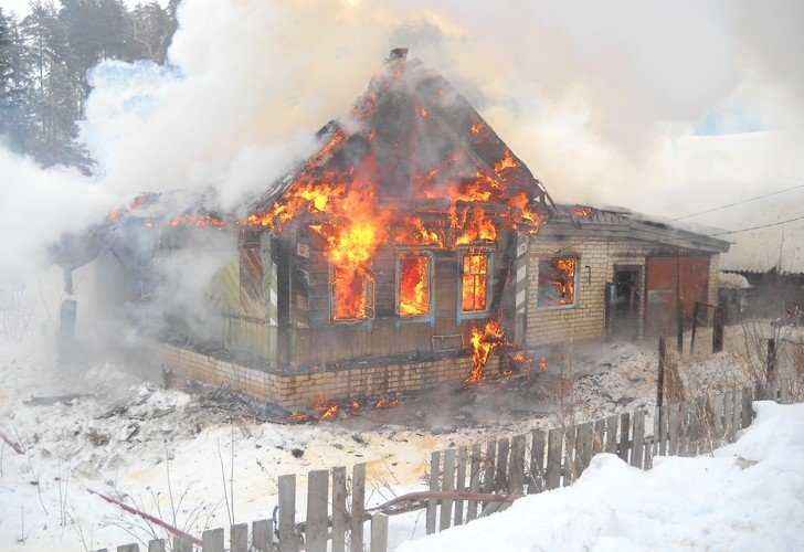 В брянской деревне сгорели сожители и их гость