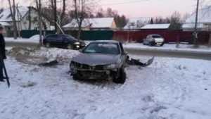 Два брянца пострадали от встречи автомобиля со столбом