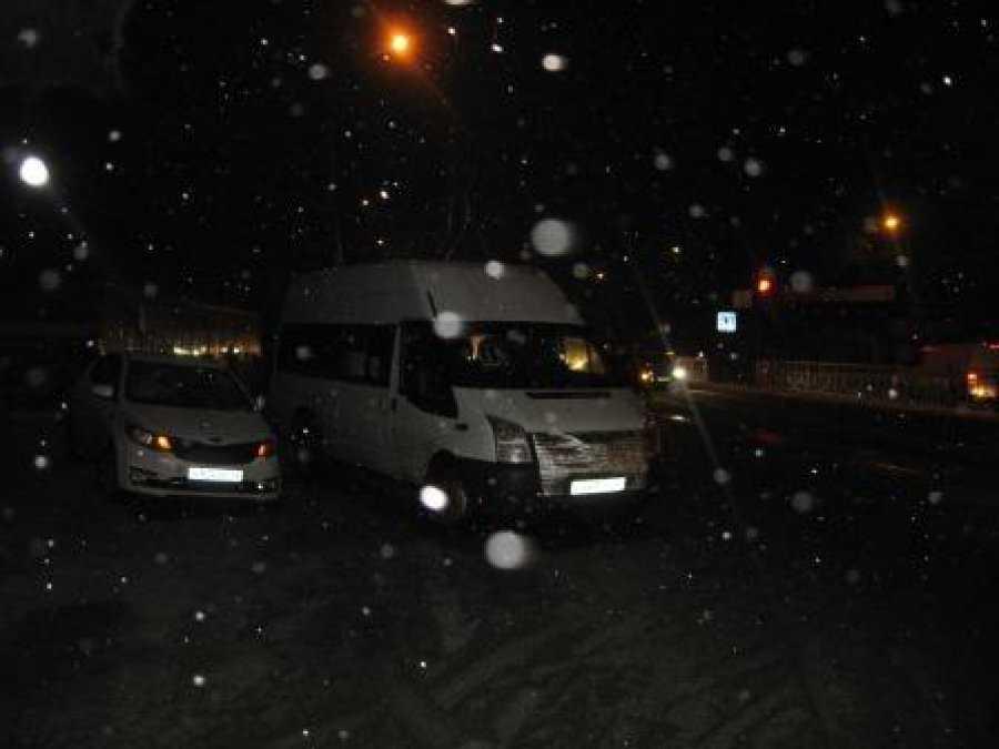 В Брянске легковушка сбила на остановке женщин