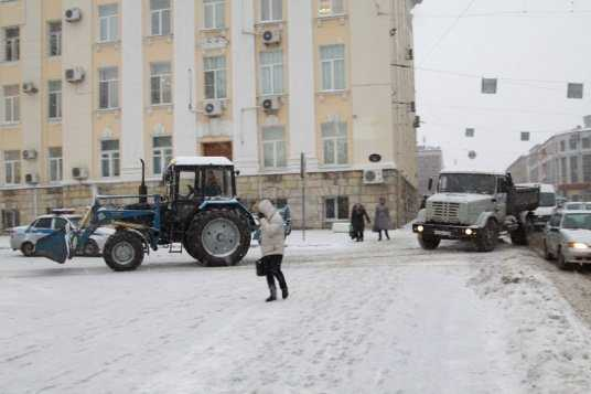 Битву со снегопадом в Брянске продолжают более 70 машин