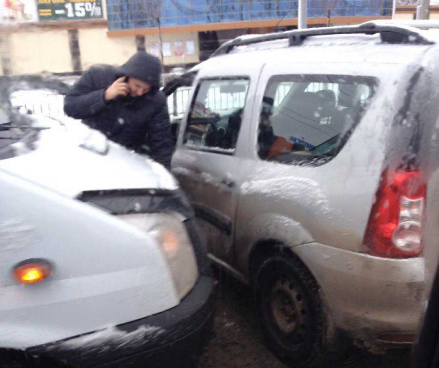 В Брянске около «Аэропарка» маршрутка столкнулась с «Ладой»