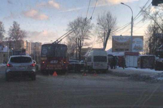 В Брянске троллейбус и маршрутка защемили легковушку