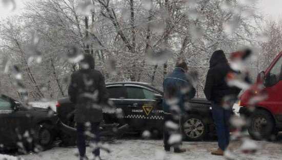 В Брянске на скользкой дороге такси столкнулось с двумя автомобилями