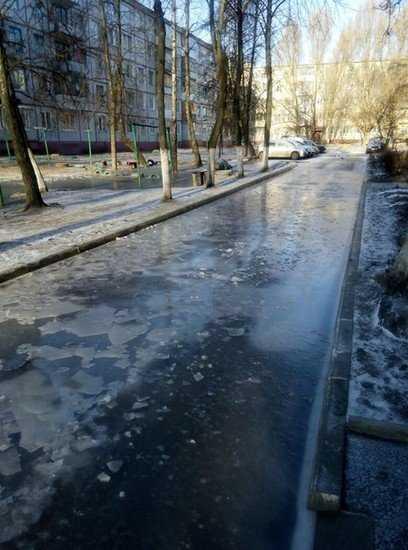 В Брянске из-за прорыва водопровода тротуары превратились в каток