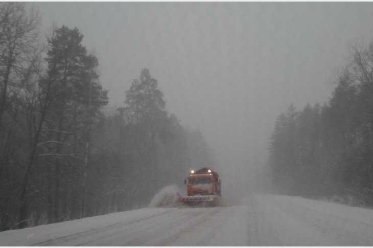 На очистку федеральных трасс в Брянской области выехали десятки машин