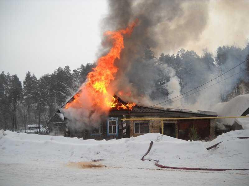 В Брянске во время ночного пожара пострадал хозяин дома