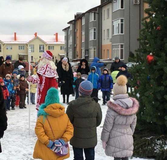 Мегаполисяне под Брянском тепло встретили Деда Мороза со Снегурочкой