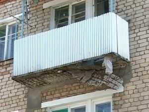 Разрушенный балкон в центре Брянска стал угрозой для людей