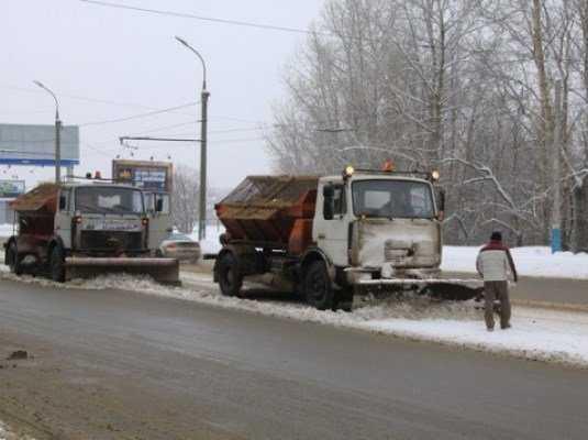 В Брянске дорожники не справляются со снегом