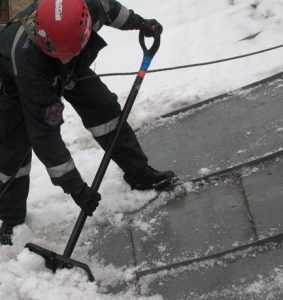 «Россия 24» рассказал о безалаберном рабочем на крыше брянского театра