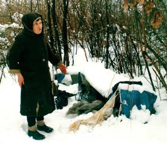 Снежные истории: всю зиму женщина прожила в холодильнике у дороги