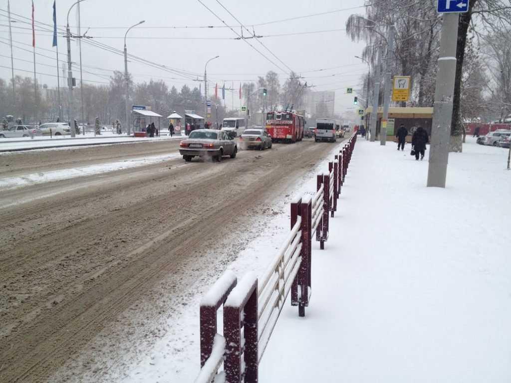 На скользких брянских дорогах автомобили улетели в кювет