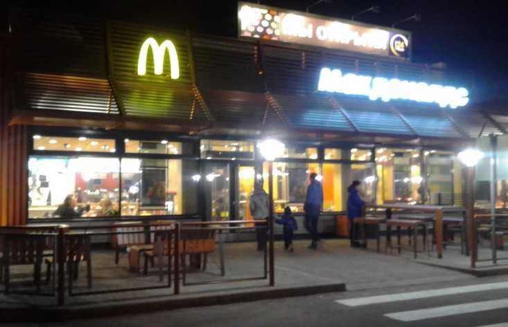 В Брянске у «Макдоналдса» подозрительный автомобиль вызвал переполох