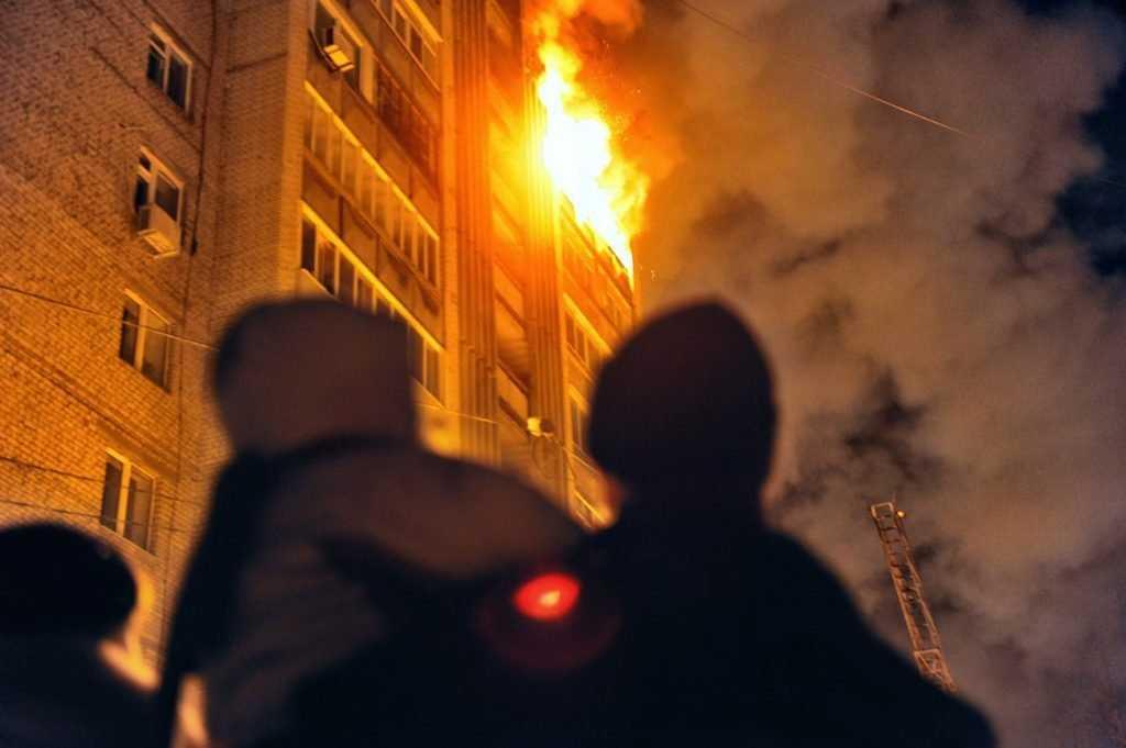 В брянской многоэтажке от огня пострадал человек
