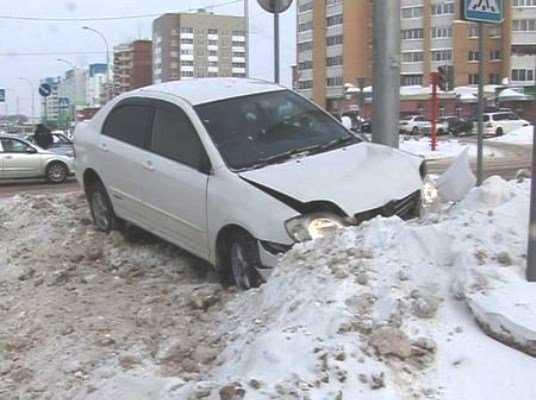 В Брянске легковушка врезалась в сугроб – пострадал пассажир