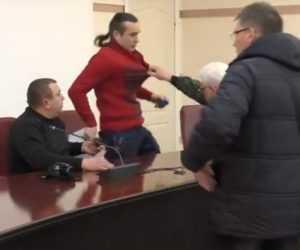 Депутаты Краматорска атаковали друг друга ногами и газом (видео)