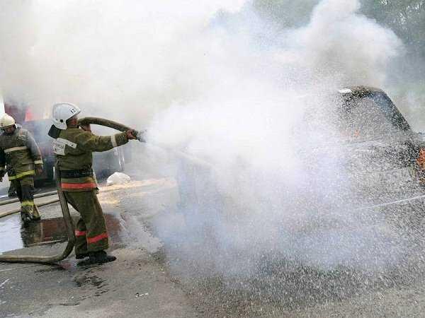 На стоянке брянского торгового центра Тимошковых загорелся автомобиль