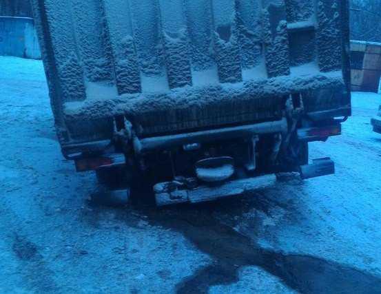 В Брянске грузовик провалился в люк